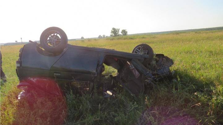 На кузбасской трассе легковушка улетела в кювет. Два человека пострадали, в том числе подросток
