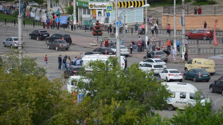 Столкновение легковушки и скорой помощи в Челябинской области попало на видео