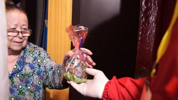 Одиноким бабушкам и дедушкам привезли бесплатные пасхальные куличи