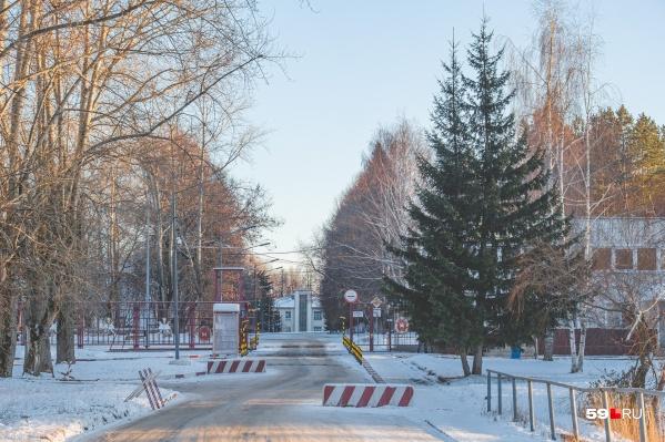 Вход на территорию института ГУФСИН, который находится на Бахаревке