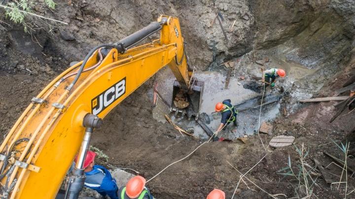 Здесь самый сложный порыв: смотрим, как устраняют повреждение на магистральном водоводе в Волгограде