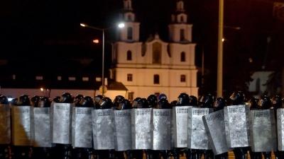 В Белоруссии начались массовые беспорядки: несогласные с результатами выборов президента бьют ОМОН