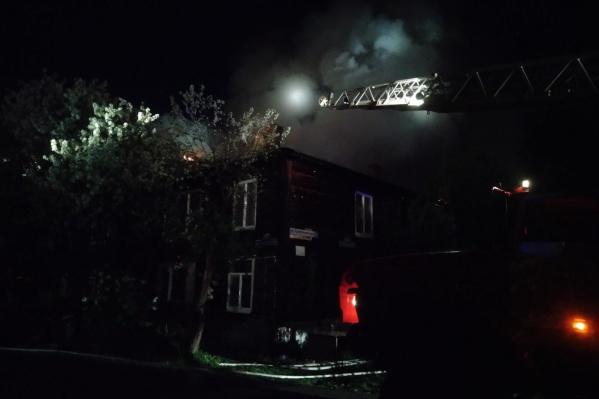 Пожар в двухэтажном доме случился поздно вечером. У жилого здания загорелась крыша