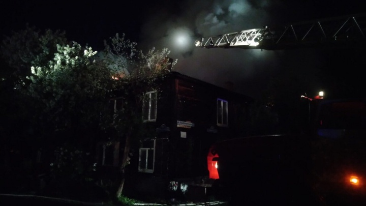 В Тюмени на Комбинатской сильно горела крыша двухэтажного жилого дома