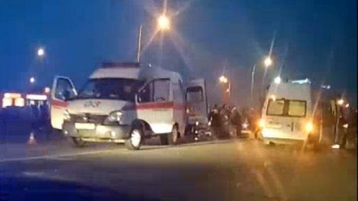Под Каменском-Уральским Volkswagen Tiguan на выезде с заправки столкнулся с КАМАЗом