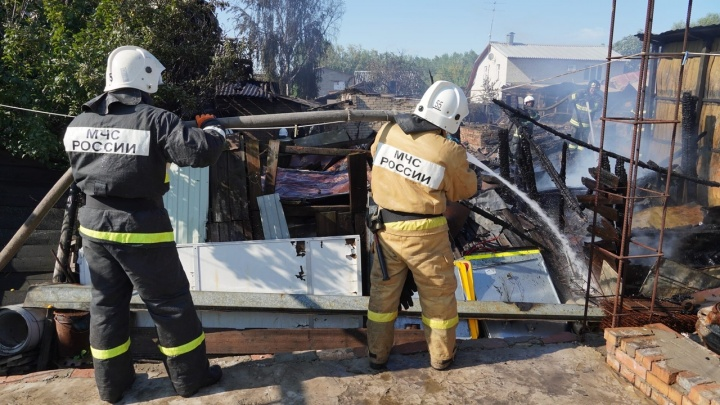 Из дома вынесли 35 газовых баллонов: в Запанском потушили крупный пожар в частном секторе