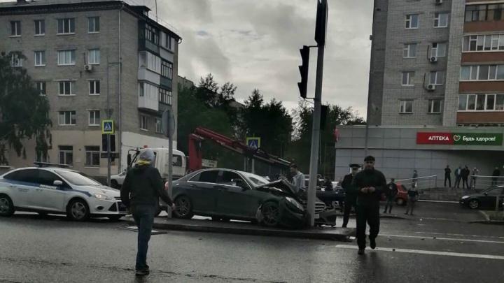 Пассажиры иномарки, влетевшей в столб на Мельникайте, сняли аварию в прямом эфире