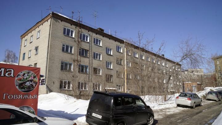 Расселено и подлежит сносу: рядом с площадью Калинина решили продать участок с общежитием