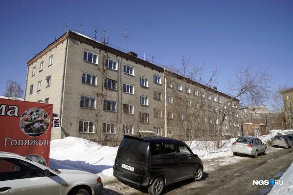 Общежитие на улице Михаила Перевозчикова выставили на продажу — ранее его признали аварийным
