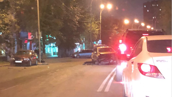 «Ее развернуло»: в районе Автовокзала Lada после столкновения отбросило на стоявшие машины