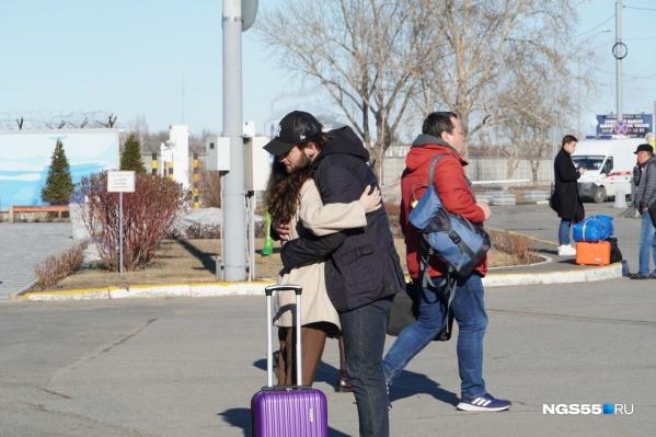 Омский аэропорт продолжает принимать рейсы, в том числе из Москвы, где счёт заболевших идёт на десятки тысяч