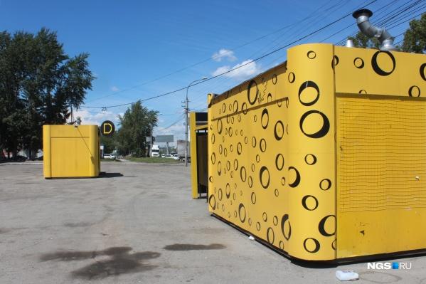Павильоны «Родных блинов» окрашены в фирменный ярко-жёлтый цвет «Дяди Дёнера»