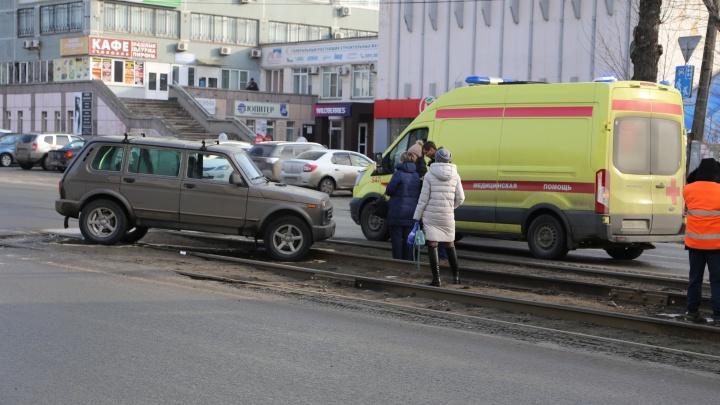 Автомобилист, уходя от столкновения с другой машиной, выехал на трамвайные пути и сбил челябинку