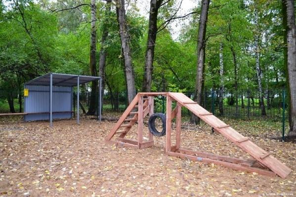 На площадках есть снаряды для собак и места для отдыха хозяев