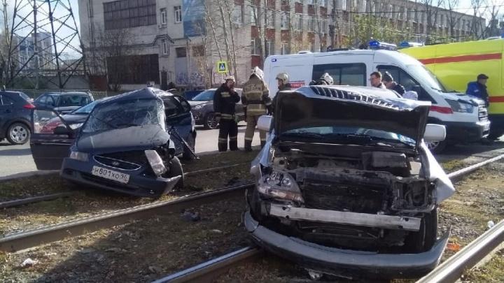 «Страшно разбито водительское место»: на Космонавтов столкнулись и вылетели на рельсы Hyundai и Lexus