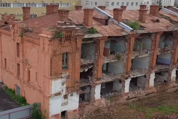 Трехэтажное здание казармы построили в первом десятилетии XX века. Несмотря на разрушения, оно все еще держится