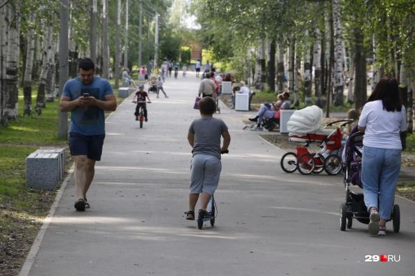 Каждый родитель выбирает сам, куда отвести гулять своего ребёнка: кто-то выбирает, где побольше людей и площадки, а кто-то — спокойное место с красивой природой
