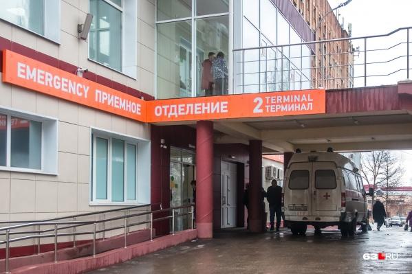 """Пациентов будут на скорой доставлять в областную больницу Середавина, где для больных с подозрением на COVID <a href=""""https://63.ru/text/health/69102958/"""" target=""""_blank"""" class=""""_"""">перепрофилировали главный корпус</a>"""
