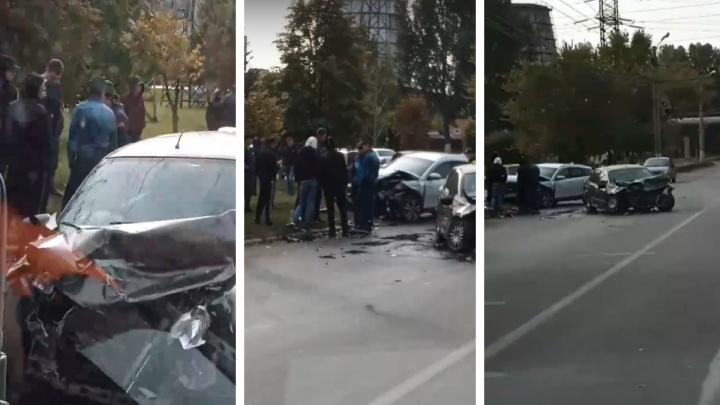 Двое пострадавших и машины в хлам: появилось видео последствий жуткой аварии в Тольятти