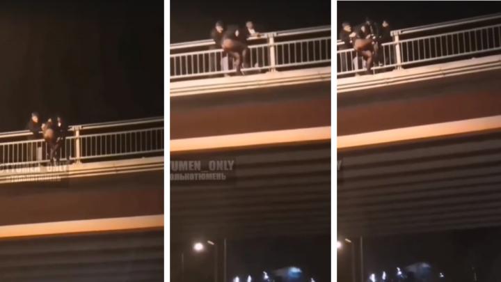 Вытаскивали сразу трое. В Тюмени девушка пыталась спрыгнуть с Пермяковского моста