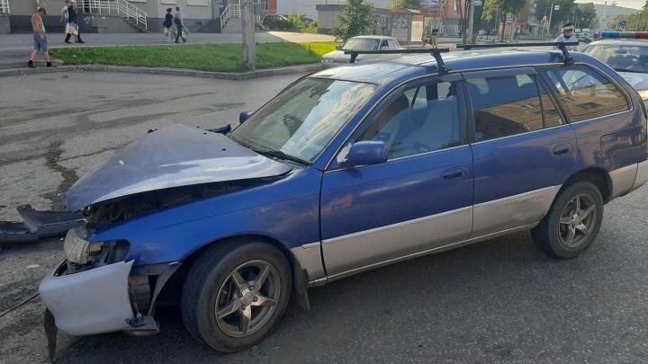 В Новокузнецке столкнулись две легковушки, три человека пострадали