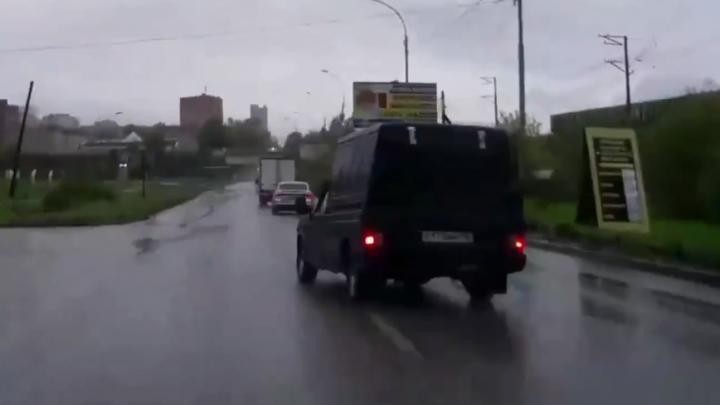 Не включил поворотник: в Екатеринбурге водитель Ижа чуть не стал виновником ДТП