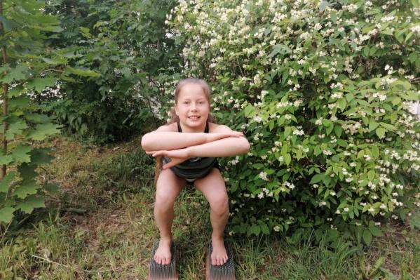 А вам слабо? Феноменальная девочка из Екатеринбурга присела на гвоздях 222 раза