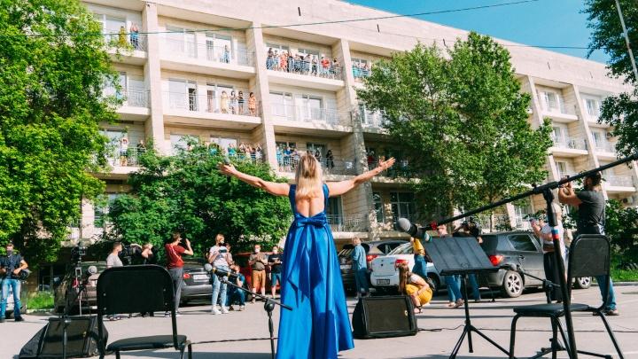 «Хотим вас обнять! Но нельзя»: омская филармония провела живой концерт на улице для медиков