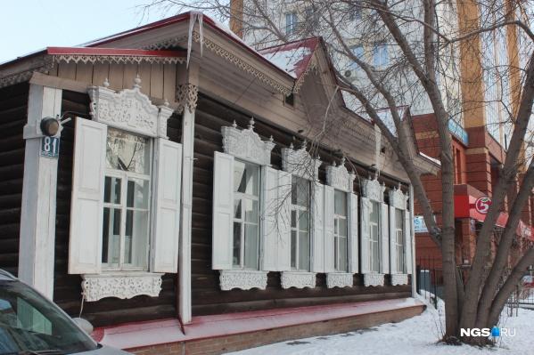 Деревянный дом на Максима Горького считается типичным образцом деревянной архитектуры Новосибирска начала 20 века
