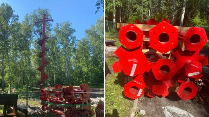 В парке «Бугринская роща» начали строить необычный 10-метровый аттракцион — спуск прямо к пляжу