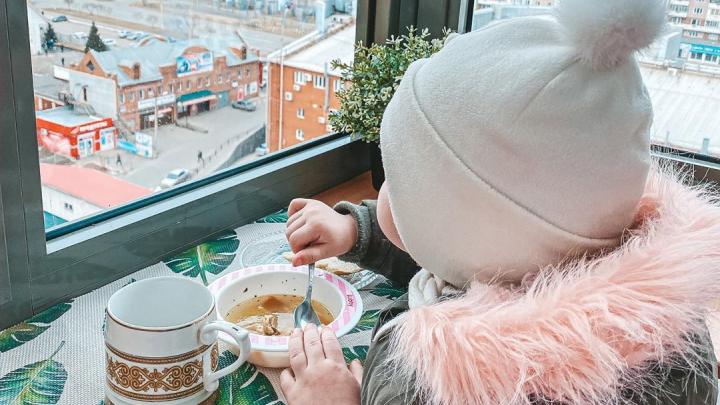 «Карантинное развлечение 80-го уровня»: красноярцы гуляют с детьми на балконах