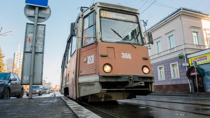 В автобусах и трамваях Перми пассажирам начали раздавать маски
