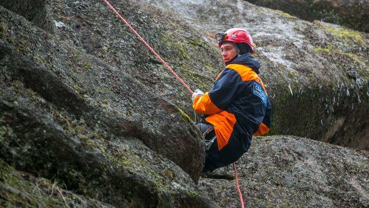 Женщина упала со скалы на «Столбах» и сломала позвоночник и ребра