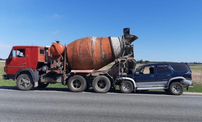 Смертельное ДТП на трассе: внедорожник влетел под бетономешалку — перед этим в него врезалась фура