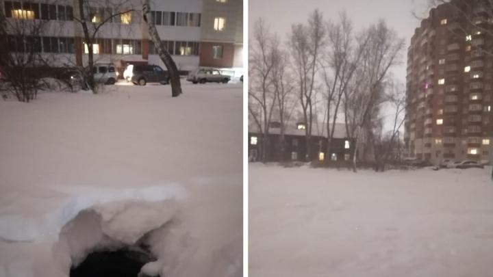Пятилетний мальчик провалился в открытый канализационный люк в Новосибирске