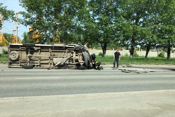 Крупногабаритный автомобиль после столкновения отлетел к обочине
