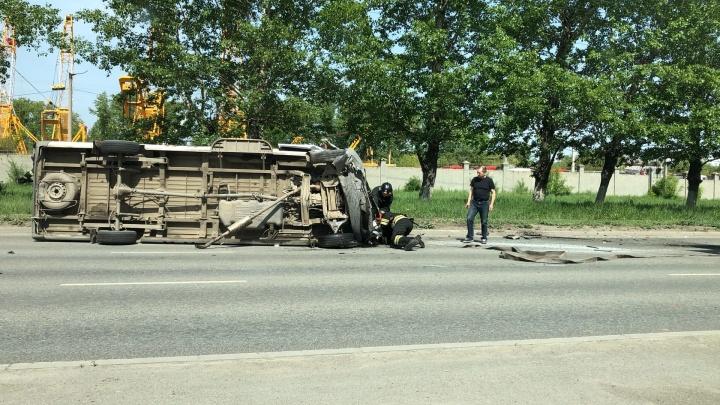 В Челябинске фургон опрокинулся после столкновения с легковушкой, пострадали трое. ДТП попало на видео