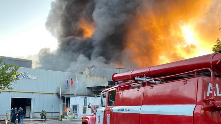 Пламя пробило крышу: в Самаре сгорел склад с пластмассой