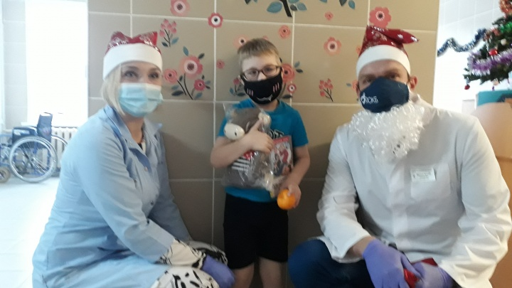 «Мы не знали, кто это»: в Ярославле директор больницы стал Дедом Морозом для своих пациентов