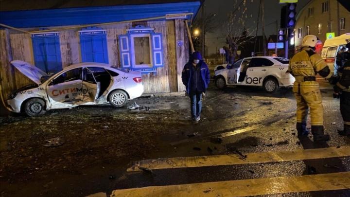 Три человека пострадали при столкновении двух такси на улице Калинина