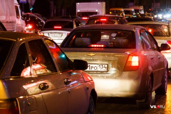 Сотни машин скопились на проспекте Ленина и на примыкающих магистралях