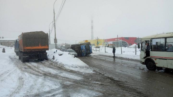 В Перми на Героев Хасана перевернулся грузовик: движение затруднено