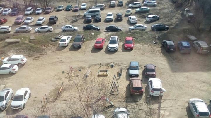 Всё лучшее — машинам: жители Волгограда показали захваченную работниками бизнес-центра детскую площадку