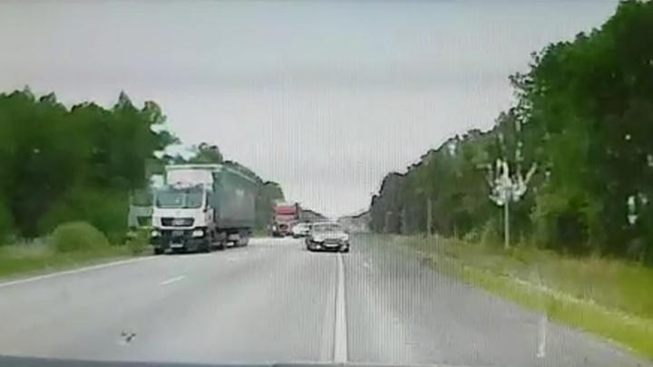 Появилось видео смертельного ДТП на трассе Екатеринбург — Тюмень, где водитель «Волги» пошел на обгон