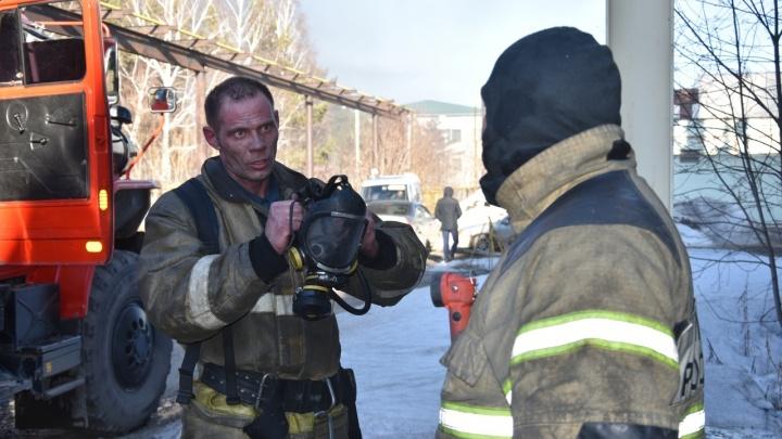 Спасатель, тушивший пожар в ангаре на Камчатской, снял всё на видео. Выглядит впечатляюще