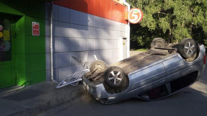 «Эффектно подкатил за хлебушком»: омич перевернул свою машину возле супермаркета в Амуре и сбежал