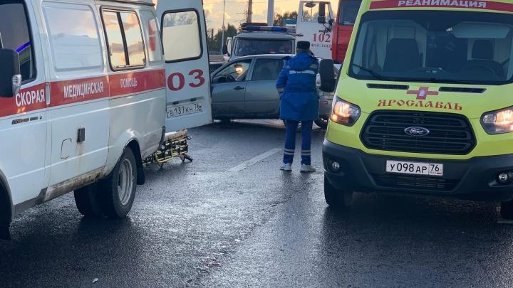 «Водитель в больнице»: в Ярославле легковушка влетела в отбойник. Видео