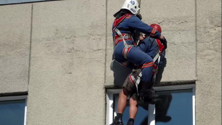 «Разболелось сердце»: спасение рабочего с крыши в Новосибирске сняли на видео