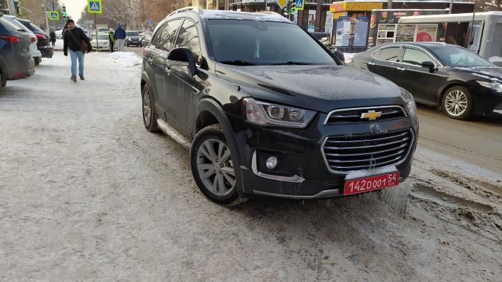 По Новосибирску ездят наглые дипломаты — они паркуются, где хотят. Свежая подборка автохамов