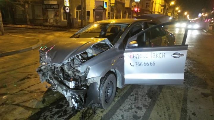 На Уралмаше таксист врезался в Peugeot. Девушку, которая была за рулем, увезли на скорой